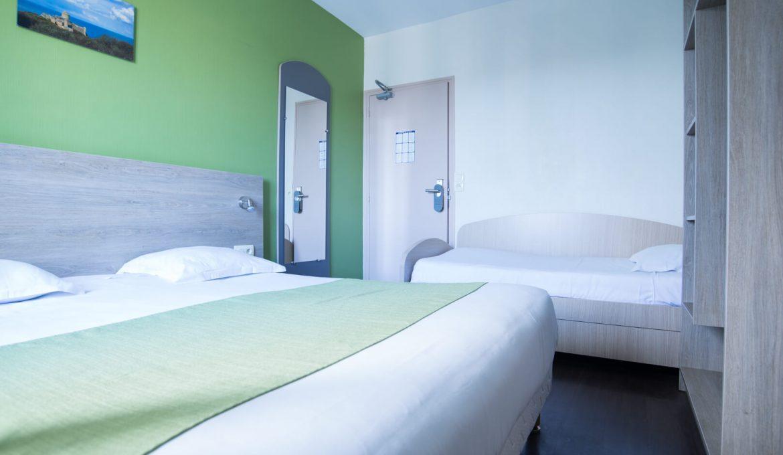 Hôtel Le Bon Cap Plurien 22 Côtes d'Armor - Présentation de la chambre confort ou famille avec un canapé